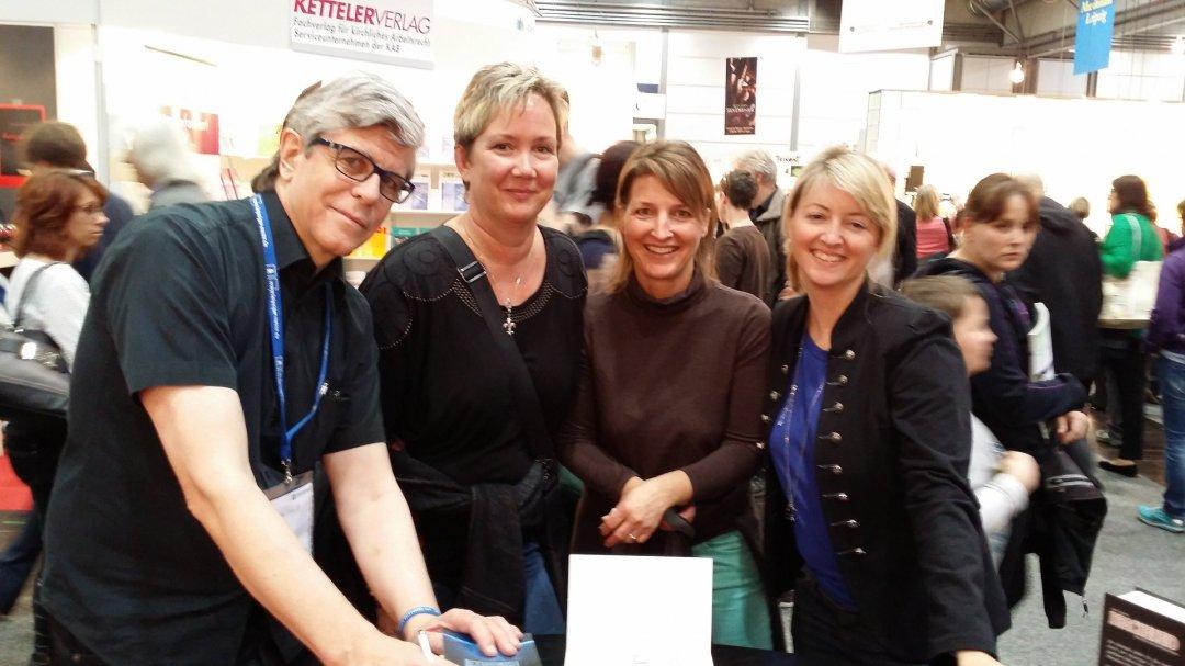 Chris Vandoni mit Buch-Interessentinnen